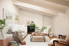 kleines Wohnzimmer mit Dachschräge in weiß gehalten