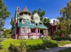 Funky Old Victorian House! look at the colors! Victorian Style Homes, Victorian Houses, Paris Opera House, Funky Home Decor, Second Empire, Classic House, Dream Decor, Old Houses, Tiny Houses