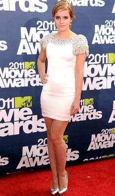 2011 MTV Movie Awards Flashback: Emma Watson was her usual chic self in a jewel-embellished satin Marchesa mini. Emma Watson Dress, Photo Emma Watson, Emma Watson Style, Lucy Watson, Emma Watson Beautiful, Emma Watson Sexiest, Enma Watson, Nikki Reed, Mtv Movie Awards