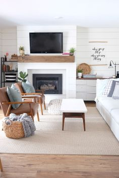 New traditional living room decor: mixing midcentury modern pieces with shiplap and more traditional pieces. #midcenturymodern #farmhouse #shiplap