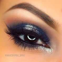 """1⃣ First primed my eyes with @maccosmetics paint pot in """"painterly"""" and @nyxcosmetics jumbo pencil in """"milk"""" 2⃣ Next blended @makeupgeekcosmetics shadow in """"creme brûlée"""" in the crease 3⃣ Then took a navy blue shadow from my @donnatellacosmetics palette and applied it to my lid and outer v 4⃣ Next applied """"silver moon"""" from glitter glamore to my middle lid and lower inner tear duct 5⃣ Then applied @motivescosmetics gel liner in """"little black dress"""" 6⃣ Lashes are from @luxylash in """"Baby Doll""""…"""