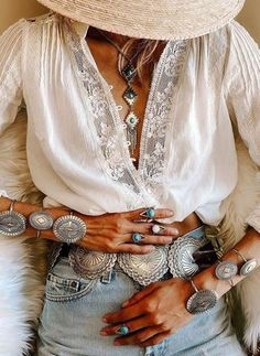 Blusas sexys con mangas largas y escote en V Boho Chic, Hippie Chic, Hippie Style, Bohemian Style, White Bohemian, Bohemian Tops, Look Fashion, Fashion Outfits, Womens Fashion
