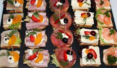 For a reception (champagne breakfast, inauguration, etc.) we recommend cocktail canap . - For a reception (champagne breakfast, inauguration, etc.) we recommend cocktail canapés cut from F - Pizza Snacks, Snacks Für Party, Champagne Breakfast, Appetizer Sandwiches, Party Finger Foods, Party Buffet, Brunch Party, Catering Food, Food Decoration