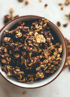 Recette du Granola: - 150 g de flocons d'avoine - 100 g de graines (chia, amandes, noisettes, noix, courge...) - 2 cuillères à soupe de sirop d'agave - 1 cuillège à soupe de miel (option)  Mélange tous les ingrédients dans un saladier jusqu'à ce que les corps gras soit bien répartis partout. Place le mélange sur une plaque de cuisson puis enfourne à 150° pendant 15minutes. La durée de cuisson varie en fonction des fours, n'hésite pas à contrôler régulièrement.
