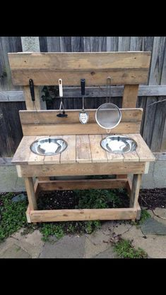 Mud kitchen - Zoey would love this! Outdoor Play Spaces, Kids Outdoor Play, Backyard For Kids, Outdoor Fun, Outdoor Play Kitchen, Natural Playground, Backyard Playground, Pallet Playground, Mud Kitchen For Kids