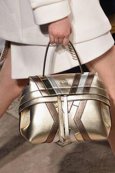 905ef0b6eb2 A Itália é conhecida pela excelência no couro e por produzir as melhores  bolsas… Sapatos