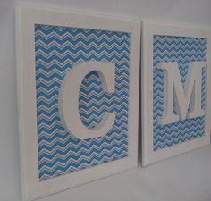 Quadro em MDF pintado, com a inicial e fundo em tecido impermeabilizado zig zag azul. Acabamento em verniz. Para decorar o quarto do bebê ou da criança, pode ser também porta-maternidade, ou até decorar o quarto do casal se mudarmos a estampa. Podemos fazer qualquer estampa. (consulte o mostruári...