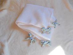 couverture bébé blanche en laine layette avec petits noeuds liberty , cadeau de naissance , maternité , landeau , poussette , couffin : Puériculture par bebelaine