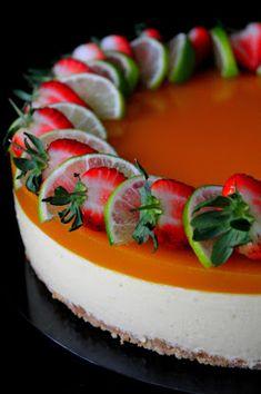 """Tein eiliseen """"kuvauspäiväämme"""" myös Mango- valkosuklaajuustokakkua. Kakku oli oikeastaan paljon parempaa vasta tänään, joten suosittel..."""