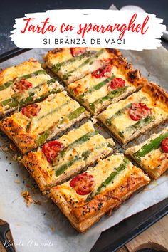 Tartă cu brânză și sparanghel, o rețetă ușoară dar foarte aspectuoasă. Cum se face tarta cu brânză cu aluat de foietaj. Cum se folosește sparanghelul. #reteta #sparanghel #tarta #retetesimple #foietaj #reteterapide #mancare #tartacubranza Vegetable Pizza, Quiche, Zucchini, Food And Drink, Yummy Food, Sweets, Vegetables, Cooking, Breakfast