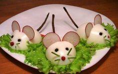 :O presentacion-original-ratones-huevo-duro. Cute Food, Good Food, Yummy Food, Creative Food Art, Food Art For Kids, Breakfast Plate, Food Carving, Vegetable Carving, Food Garnishes