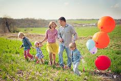 Like ballon idea Heart Photography, Senior Portrait Photography, Photography Poses, Family Photography, Balloons Photography, Family Photo Sessions, Family Posing, Family Portraits, Winter Family Photos