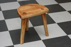 Learn Woodworking How to build a viking stool - This is a real viking stool. We have many archaeological findings of this kind of stool. Lots of sizes and shapes, even some with a hole in the seat probably used. Vikings Live, Real Vikings, Norse Vikings, Woodworking School, Learn Woodworking, Woodworking Projects, Viking Tent, Viking Camp, Camping Diy