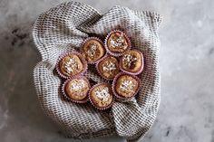 Tänk dig en kanelbulle. Och så pillardu av de där torra kanterna. Vad har du då kvar?Mitten. Tänk dig en kanelbulle med bara mitten. Är du med oss? Det är den vi ska baka i dag. Börja med att rosta 1 dl havregryn och 2 dl cashewnötterpå låg temperatur (under 100 grader) i ugnen. De …