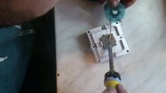 In acest video unul din tehnicienii nostri efectueaza reballing la o placa video, mai exact, in acest video se scot bilele vechi prin topire cu tresa si ciocanul de lipit.  Mai multe pe http://www.calculator-service.ro/reballing-chipset-video/