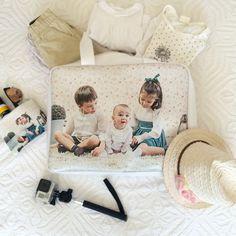 """Bolsa de viaje personalizada con fotografías de la promoción de """"Lo Ponemos En Bandeja"""" foto realizada por @mamasviajeras"""