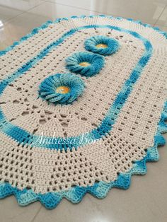 Lindo tapete em formato oval; <br>Confeccionado em barbante barroco natural. <br>Medida 75x50cm Crochet World, Crochet Home, Cute Crochet, Vintage Crochet, Crochet Baby, Crochet Symbols, Crochet Stitches Patterns, Doily Patterns, Stitch Patterns