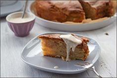Saftiger Apfel-Schichtkuchen nach Annik Wecker, serviert mit Crème fraîche