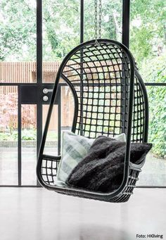 MODERNES COCOONING // Hängesessel RATTAN SCHWARZ von HKliving via Orangehaus // Designtanke.com