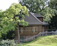 Domek Ogrodnika w Szczecinie. Drewniany domek francuski, stojący przy ulicy Storrady 2 został zbudowany w 1928 r. przy cmentarzu gminy francuskiej. Cmentarz powstał XVIII w. na prośbę Francuzów mieszkających w Szczecinie, użytkowany był do 1937 r. Zlokalizowano go między ulicami Storrady, Kapitańską, Parkową i Wawelską. Budynek nazywany jest obecnie domkiem grabarza, chociaż tak naprawdę został wybudowany dla ogrodnika cmentarnego.