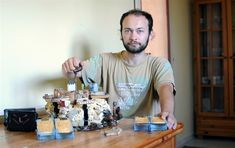 Jiří Šebesta z Nižních Lhot na Frýdecko-Místecku vytváří unikátní společenské deskové hry. Figurkám přidává i části zvířecích těl, aby se do nich hráči více vžili. Author