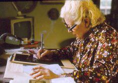 Ludmila Jiřincová při tvorbě grafiky ve svém ateliéru v Peci pod Čerchovem
