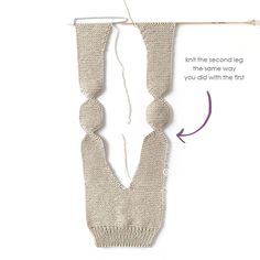 Polaina de punto NUR – Tutorial y Patrón – – Knitting patterns, knitting designs, knitting for beginners. Baby Leggings Pattern, Baby Sweater Knitting Pattern, Knit Leggings, Baby Knitting Patterns, Knitting Stitches, Baby Patterns, Free Knitting, Vintage Knitting, Crochet Baby