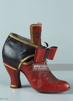 Black and red women's shoe with bow century Vigevano Castello… News Photo 17th Century Clothing, 17th Century Fashion, 19th Century, Vintage Boots, Vintage Outfits, Pirate Fashion, Baroque Fashion, Women's Fashion, Old Shoes