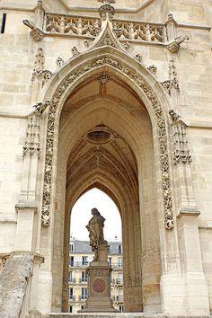 statue de Blaise Pascal sous la Tour de Saint Jacques. Paris