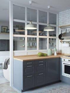 Voici un appartement du à la designer Jenya Likasova, qui est pleine de bonnes idées à piquer : la cuisine semi ouverte derrière sa cloison vitrée en hauteur, et le dressing fait de panneaux ajourés e