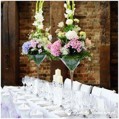 Kwiatowe dekoracje stołu weselnego - goździki, margaretki, róże, gipsówki
