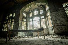 Co je urbex? Kouzlo urbexu | ZAJÍMAVOSTI Spooky Places, Haunted Places, Abandoned Buildings, Abandoned Places, Architecture Baroque, Back Wallpaper, Philippines, Destinations, Abandoned Hospital