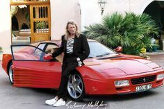 Johnny Hallyday a toujours aimé les belles mécaniques… Que ce soit les motos mais également de splendides voitures. La Ferrari 512 TR de l'idole des jeunes sera vendue aux enchères le 24 mars prochain à Fontainebleau par la Maison de Vente Osenat.