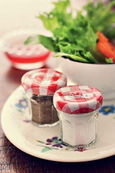 Potes bem pequenos de mel ou geleia, como estes da Bonne Maman, rendem ótimos saleiros/pimenteiros. É só furar as tampas