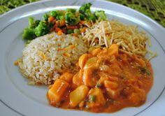 Strogonoff de Palmito  Receita 100% vegan e deliciosa! É uma ótima alternativa para quem está um pouco enjoado do strogonoff de soja.  acompanhamento: arroz integral, refogado de legumes no creme vegetal e batata palha  http://receitasdoboi.blogspot.com.br/2012/03/strogonoff-de-palmito.html