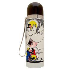Lovely Moomin thermos flask features the original comic artwork by Tove Jansson. Bottle is made of stainless steel and it is designed to keep cool drinks cool and hot drinks hot. The lid works also as a cup and the bottle has a handy wrist strap.Ihastuttava sarjakuva-aiheinen Muumi-termospullo Tove Janssonin originaalin kuvituksen pohjalta. Pullo on ruostumatonta terästä ja se pitää kylmät juomat kylminä ja kuumat kuumina! Pullossa on kätevä hihna ja korkki toimii myös kuppina.