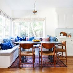 You'll be dreaming of a kitchen nook as cozy as this when you check out this eclectic home design. Featuring Bohemian textiles and a fresh color scheme, there are so many elements to inspire your decor. Banquettes, Style At Home, Home Interior, Interior Design, Eclectic Design, Apartment Interior, Dining Nook, Kitchen Dining, Dining Chairs