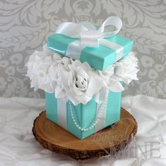 Tiffany & Co Inspired Centerpiece Box with Lid and Pearls, with Faux Silk Roses - Medium Size This listing is for 1 centerpiece, as pictured. Bleu Tiffany, Tiffany Blue Party, Tiffany Birthday Party, Tiffany Theme, Tiffany Box, Azul Tiffany, Tiffany Wedding, Tiffany And Co, Birthday Parties