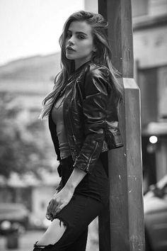 Visual Merchandiser, styling and still life designs 여성 스타일 001 : 네이버 포스트 Model Poses Photography, Photography Women, Fashion Photography, Girl Photo Shoots, Girl Photo Poses, Girl Photos, Cute Girl Photo, Modeling Fotografie, Kreative Portraits
