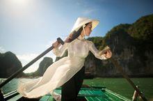 Vịnh Hạ Long nơi rồng đáp xuống, là danh thắng quốc gia được xếp hạng từ năm 1962. Hạ Long có 1.969 hòn đảo, lô nhô trên mặt biển, nổi tiếng nhất là các hòn Lư Hương, Gà Chọi, Cánh Buồm, Mâm Xôi, đảo Ngọc Vừng, Ti Tốp, Tuần Châu. Hạ Long như bức tranh thủy mặc khổng lồ, tuyệt đẹp, xứng đáng là biểu