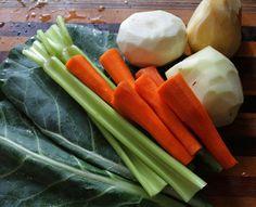 Očištěnou syrovou zeleninu jemně nastrouháme, oloupanou cibuli nadrobno nakrájíme. Dle potřeby osolíme, okyselíme a nakonec zalijeme smetanou, kterou můžeme nahradit kysaným mlékem. Soup Diet Plan, 7 Day Diet Plan, Starchy Vegetables, Veggies, Chicken Pot Pie Soup Recipe, Detox Soup Cabbage, Veggie Delight, Food Swap, Weight Loss Detox