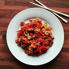 U mnie chyba każde danie wychodzi czerwone. 😁 Chińszczyzna na 350 kcal. 🍜 Japchae, Ethnic Recipes, Food, Turmeric, Essen, Meals, Yemek, Eten