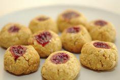 kivi: Kokosovo-citrónové sušenky s červenou marmeládou Kitchen Hacks, Muffin, Baking, Breakfast, Recipes, Food, Lemon, Morning Coffee, Bakken