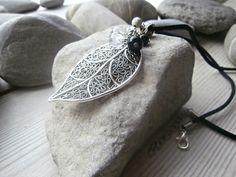 Pendentif composé de pierres semi-précieuses de cristal de roche et onyx noir sur grande breloque feuille en argent : Collier par lapassiondisabelle