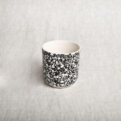 Petit pot en porcelaine blanche mate imprimé marbre noiridéal pour le thé, café, petit grigris, et cactés...Taille 8X9cm//////////////Englishwhite mat and light grey glazing porcelain little cup Perfect for your tea, coffee, lucky charms, plants...Size: 8X9cm