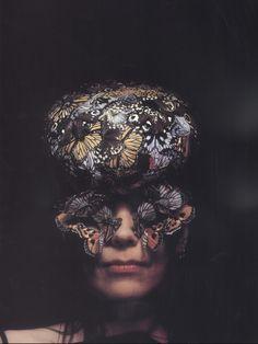 Björk by Alexander Mc Queen, Nick Knight & Katy. - we ♥ björk 90s Fashion, Fashion Art, Fashion Design, Art Photography, Fashion Photography, Iris Van Herpen, Bjork, Mcq Alexander Mcqueen, Sculpture