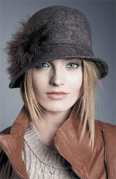 Felt hat - good for winter and looks great as well. Fancy Hats, Cute Hats, Idda Van Munster, Cooler Look, Stylish Hats, Wearing A Hat, Love Hat, Felt Hat, Mode Vintage
