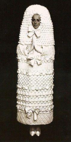 イヴ・サンローラン(YSL)が1965年にデザインしたニットのウェディングドレス。