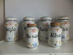 Lote de 6 potes de cozinha antigos, em cerâmica portuguesa pintados à mão.  Não marcados.  Dimensões dos potes grandes: 20 cm de altura x 13 cm diâmetro Dimensões dos potes pequenos: 16 cm de altura x 9 cm diâmetro  http://www.custojusto.pt/lisboa/coleccoes/potes-de-cozinha-antigos-em-ceramica-19025704