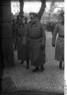 Generalleutnant  Otto Hasse (left) and  General der Infanterie Wilhelm Heye, 1927.